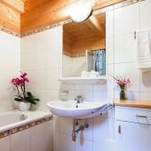 Badzimmer mit Wanne